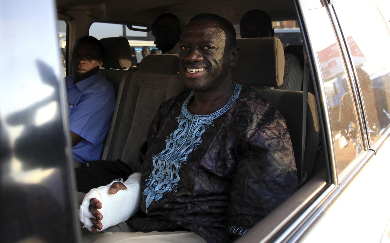 Kiongozi Mkuu wa Upinzani Nchini Uganda Kizza Besigye akiwa chini ya ulinzi wa polisi