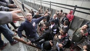 Policiais retiram grevistas dos trilhos do metrô nesta sexta-feira, 6 de junho de 2014.