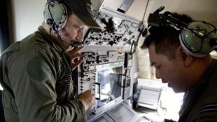 Phi hành gia trên máy bay Úc Orion Air Force AP-3C xem bản đồ bay của chuyến MH370 Malaysia Airlines tại khu vực phía nam Ấn Độ Dương