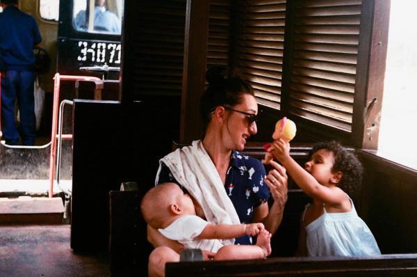 Anne avec ses filles June et Nina dans un train à Cuba.