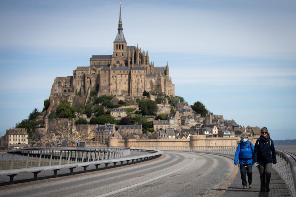 位於諾曼底的聖米歇爾山(Mont-Saint-Michel),是到訪遊客最多的古跡之一