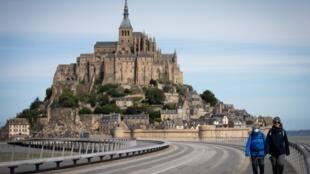 位于诺曼底的圣米歇尔山(Mont-Saint-Michel),是到访游客最多的古迹之一