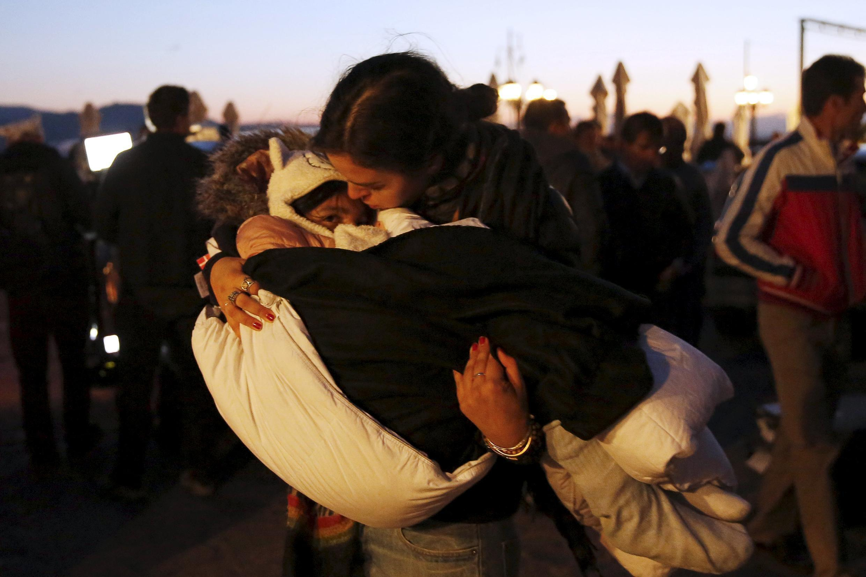 Pessoas salvas de naufrágio na ilha de Lesbos, na Grécia