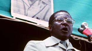 Robert Mugabe, alors qu'il était Premier ministre du Zimbabwe, en mars 1980 lors d'un meeting donné à Hararé.