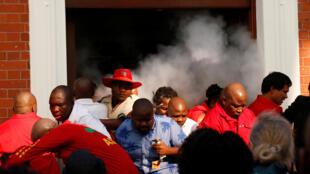 Evacuation du Parlement des députés membres du parti de Julius Malema, le 17 mai.