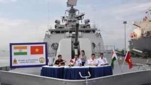 Biểu hiện cụ thể của quan hệ hợp tác quốc phòng Việt Ấn: Tàu Hải Quân Ấn Độ thường xuyên ghé cảng Việt Nam, như Chiến hạm Sahyadri tại Đà Nẵng ngày 02/10/2015.