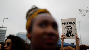 «Pas lui», peut-on lire sur la pancarte de cette manifestante brésilienne hostile au candidat Jair Bolsonaro.