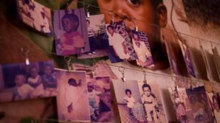 Imagens das vítimas, doadas por sobreviventes, em uma parede dentro do Memorial do Genocídio em Gisozi, em Kigali, Ruanda 3/04/ 2019