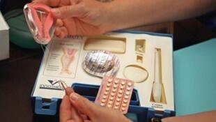 Giảng dạy về các phương tiện phòng tránh thai.