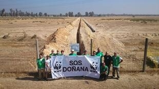 La asociación ecologista WWF durante la campaña contra el dragado del Guadalquivir que amenazaba con afecta a Doñana.