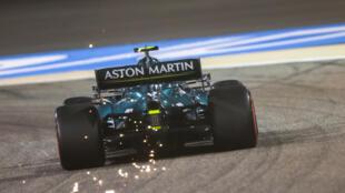 El bólido de Sebastian Vettel echa chispas al rozar el asfalto durante la sesión de clasificación para el Gran Premio de Baréin de F1, el 27 de marzo de 2021 en el circuito de Sakhir