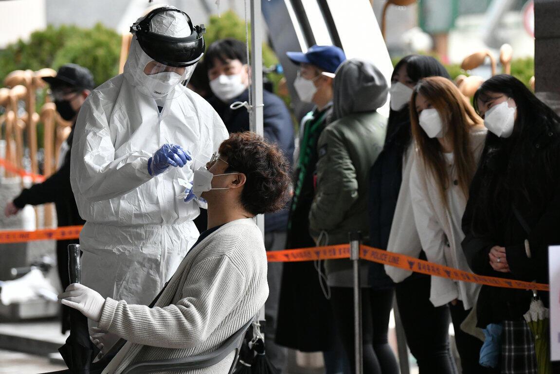 Nhân viên y tế lấy mẫu xét nghiệm của những người làm việc trong tòa nhà nơi có 46 bị nghi nhiễm virus corona, Seoul, Hàn Quốc, ngày 10/03/2020