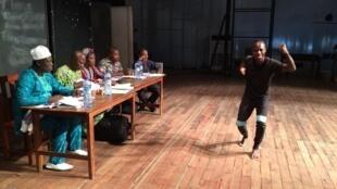 Audition à Cotonou, le candidat fait face aux cinq jurés.