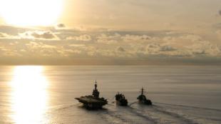 Pendant l'exercice La Pérouse, le BCR Marne a mené un double ravitaillement à la mer dans le Golfe de Bengale