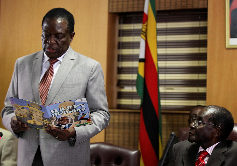 Robert Mugabe, le président zimbabwéen, et Emmerson Mnangagwa (g), l'ex vice-prédident limogé le 6 novembre dernier. Photo prise lors des célébrations du 93e anniversaire de Mugabe à Harare, le 21 février 2017.