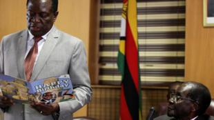Еще недавно они были вместе: Эммерсон Мнангагва (слева) и Роберт Мугабе на праздновании дня рождения последнего, 21 февраля 2017.