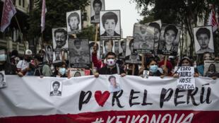 Manifestantes en Perú marchan durante una protesta contra la candidatura de presidencial de la derechista Keiko Fujimori, en Lima el 22 de mayo de 2021