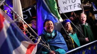 """英國反對脫歐民眾歡慶國會下議院否決無協議""""硬脫歐""""。"""