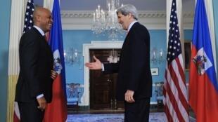 Le président haïtien Michel Martelly reçu à Washington, par John Kerry, le secrétaire d'Etat américain, le 5 février 2014.