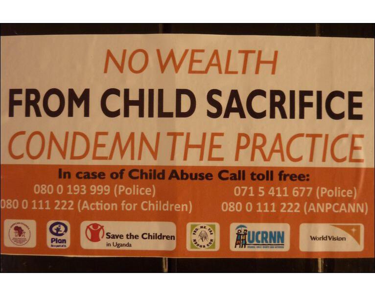 Une affiche de la campagne du gouvernement ougandais et d'ONG contre les sacrifices d'enfants. «Le sacrifice d'enfant n'apporte pas la richesse, condamnez cette pratique».