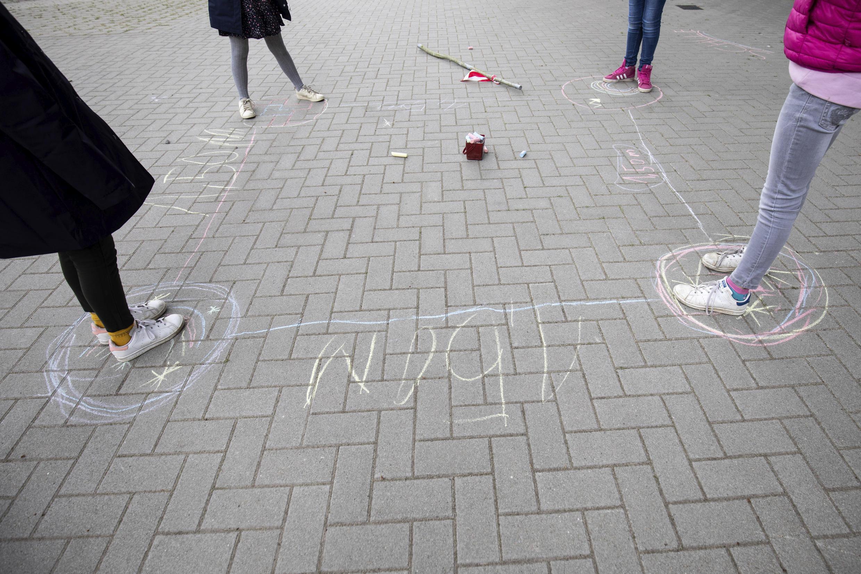 Nesta escola em Hamburgo, na Alemanha, as marcas de giz no pátio organizam a brincadeira entre alunos sem ultrapassar a distância aconselhada
