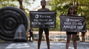 Des activistes de Greenpeace manifestent contre l'exploitation de pétrole sur le récif amazonien par la compagnie Total, ici à Rio le 28 septembre 2017.