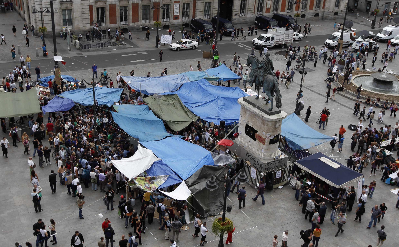 """Los manifestantes de """"Democracia real ya"""" acampando en la Puerta del sol"""