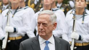 Le secrétaire d'Etat américain James Mattis passe en revue les troupes ukrainiennes, le 24 août à Kiev.