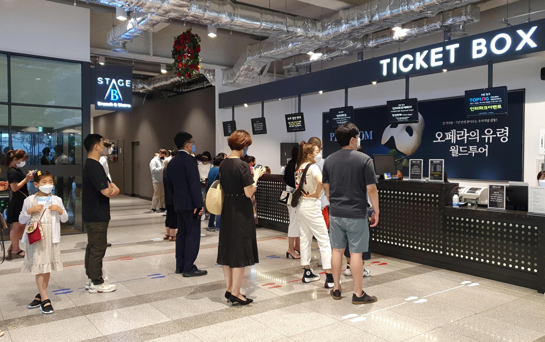 Dân Hàn Quốc xếp hàng trước quầy bán vé một nhà hát ở Seoul, trong bối cảnh dịch Covid-19 vẫn chưa được khống chế tại nước này. Ảnh chụp ngày 18/06/2020.