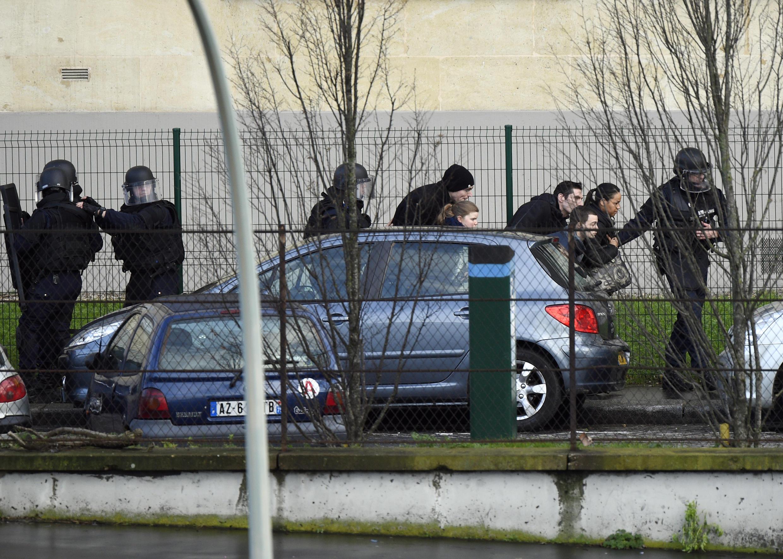 Evacuation de résidents de Saint-Mandé, aux abords de la porte de Vincennes, ce 9 janvier 2015.