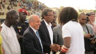 Abdelaziz Bougja (C), le Président de la Confédération Africaine de Rugby.
