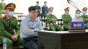 Le blogueur Truong Duy Nhat lors de son procès à Hanoï, le 9 mars 2020.