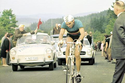 Бельгийский велогонщик Эдди Меркс выигрывал Тур де Франс 5 раз, впервые - 50 лет назад.