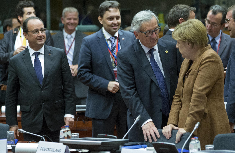 O presidente francês, François Hollande (esq.), o presidente da Comissão Europeia, Jean Claude Juncker (C) e a chanceler alemã Angela Merkel  na cúpula especial sobre a crise migratória.