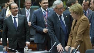 O presidente francês, François Hollande (esq.), o presidente da Comissão Europeia, Jean Claude Juncker (C) e a chanceler alemã Angela Merkel  na cimeira extraordinária , ontem, em Bruxelas