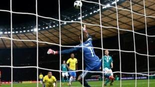 Gabriel Jesus marca de cabeça contra o gol de Kevin Trapp, goleiro reserva na seleção alemã e titular no PSG.