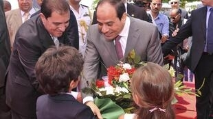 O presidente Abdel Fattah al-Sissi recebendo flores de crianças, no início da semana, em um evento no Cairo.
