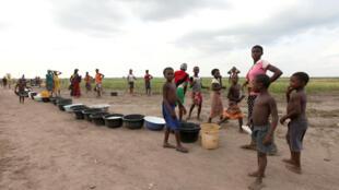 (Photo d'illustration) Des femmes et des enfants font la queue pour de l'eau après des affrontement entre bergers peuls et fermiers, à Agatu-Obagaji, dans l'Etat de Benue, le 10 mai 2016.