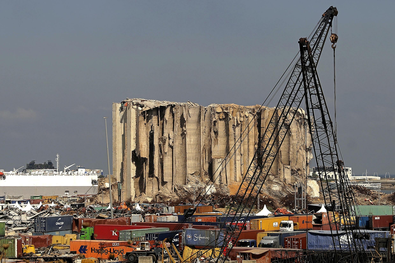 Una vista general de los silos de grano destrozado por la explosión de 2020 en Beirut, el 4 de agosto de 2021 en el puerto de la capital libanesa
