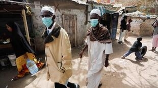 Des hommes portant des masques dans le quartier Liberté 6 Baraka de Dakar, le 2 mai 2020.