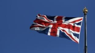 英国国会大厦顶上飘扬的英国国旗