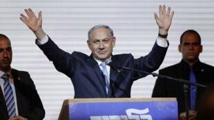 Le Premier ministre Benyamin Netanyahu salue ses partisans au quartier-général du Likoud, le 18 mars 2015.