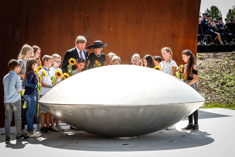 O rei Willem-Alexander e sua esposa, Rainha Maxima, dos Países Baixos, participam da inauguração de um memorial em homenagem as vítimas do acidente da Malaysia Airlines na Ucrânia em 2014. Vijfhuizen, Holanda, 17/07/2017