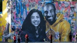 La défunte star du basket Kobe Bryant et sa fille Gianna, morts le 26 janvier dans un accident d'hélicoptère, représentés sur une fresque murale peinte par l'artiste français Mr. Brainwash à Los Angeles