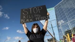 """美國非洲裔男子弗洛伊德事件引發系列""""黑命貴""""反種族歧視抗議浪潮"""