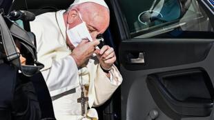El papa Francisco se quita la mascarilla al salir del automóvil a su llegada a una audiencia restringida en el patio de San Dámaso, el 9 de septiembre de 2020 en el Vaticano