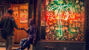 Lamine Touré, fondateur du Balattou, à l'entrée de ce club mythique des nuits africaines à Montréal.