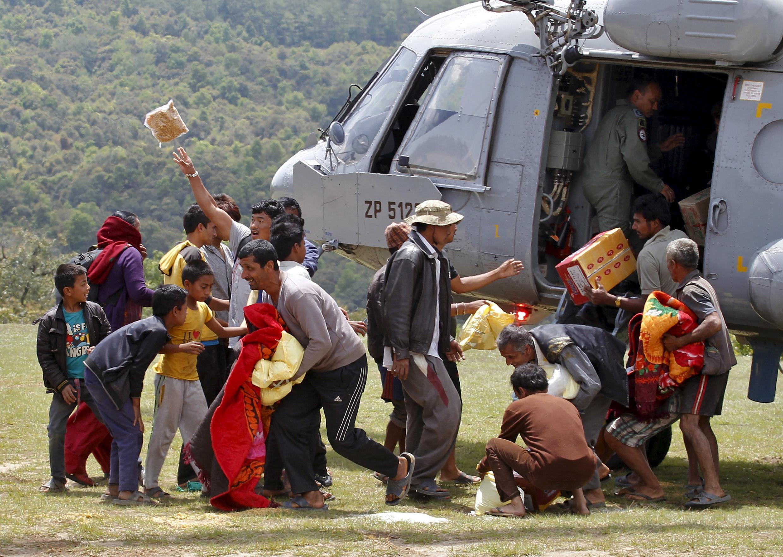 Alimentos são distribuídos pelo exército indiano no Népal.