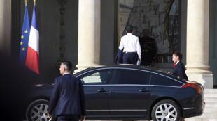 Le Premier ministre Manuel Valls arrive au palais de l'Elysée pour prendre part au Conseil de défense, le 24 juin 2015, à Paris.