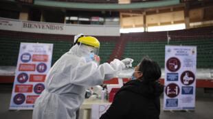 Un trabajador de la salud realiza una prueba de PCR a una mujer en un centro de diagnóstico de covid-19 en La Paz, el 7 de enero de 2021